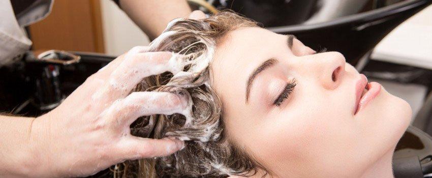 Haarwäsche beim Friseur